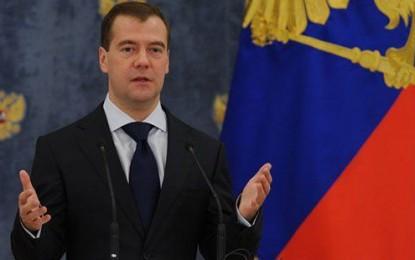 Medvedev: Petrol daha da ucuzlarsa bütçeyi değiştirmek zorunda kalırız
