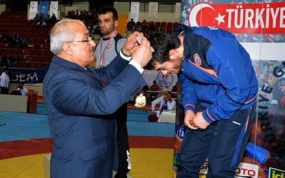 Grekoromen Güreş Türkiye Şampiyonası Mersin'de Başladı