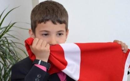 """""""Bayrak Çocuk"""" Beren Bir Andan Türkiye'nin Sevgilisi Oldu"""