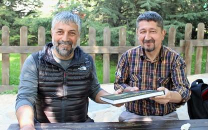 Cemal Gülas, Rıdvan Şükür'e Kitabını imzaladı