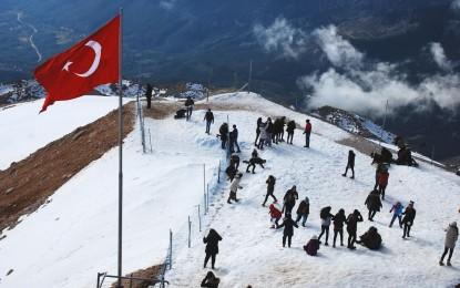 Yüzlerce çocuk Olympos Teleferik ile karla buluştu