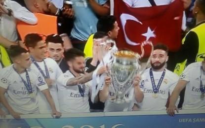 Şampiyonlar Ligi kupa töreninde Şanlı Bayrağımız da Dalgalandı