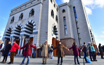 Camiye saldırıyı önlemek için etten duvar ördüler