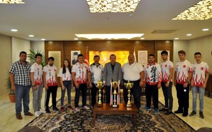 Uluslararası Kyokushin şampiyonları Başkan Vergili'yi makamında ziyaret etti