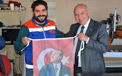 Süleymanpaşa Belediye Başkanı Cumhuriyet Bayramı öncesi sanayi esnafına bayrakları bizzat dağıttı