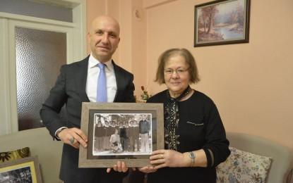 Başkan Özbaş, öğretmenine 39 yılı hediye etti