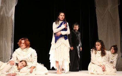 Bursa Büyükşehir Belediyesi Şehir Tiyatrosu, 'Troyalı Kadınlar' adlı oyunu ile Çanakkale'de sanatseverlerle buluştu