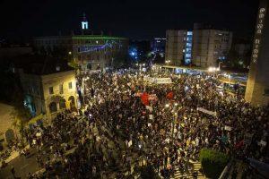 Binlerce Netanyahu karşıtı sokaklara döküldü!